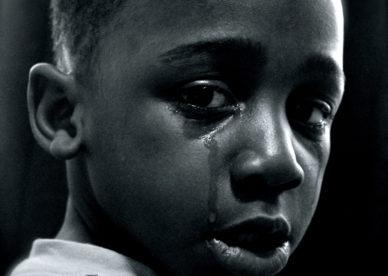 خلفيات أطفال حزينة بنات وأولاد صغار بدموع وبراءة-خلفيات فور يو